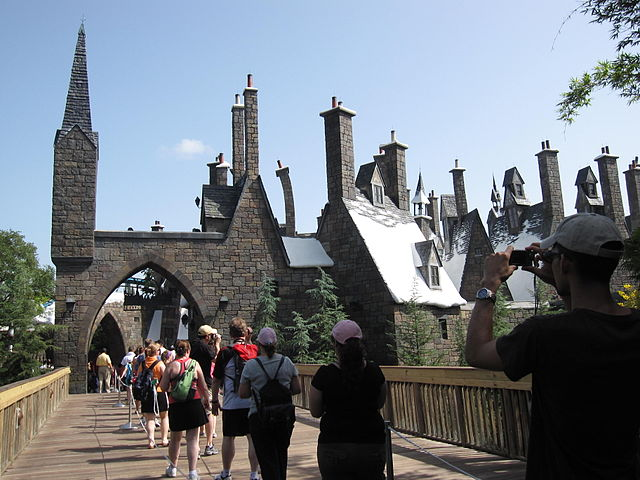 640px-The_entrance_of_The_Wizarding_World_of_Harry_Potter