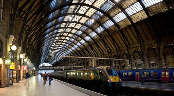 800px-Kings_Cross_Station_Platforms_London_-_Sept_2007