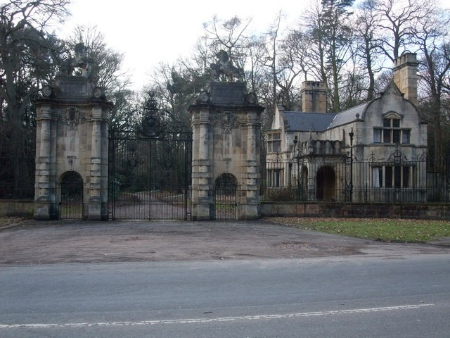 Gates_to_Welbeck_Abbey_-_geograph.org_.uk_-_1177726